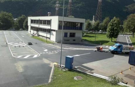 Parcheggi: segnaletica fuori da azienda