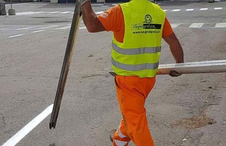 Operaio specializzato in segnaletica stradale